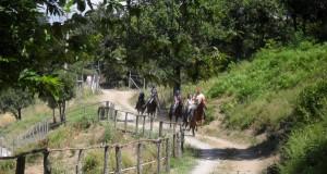 principianti su sentiero interno al ranch